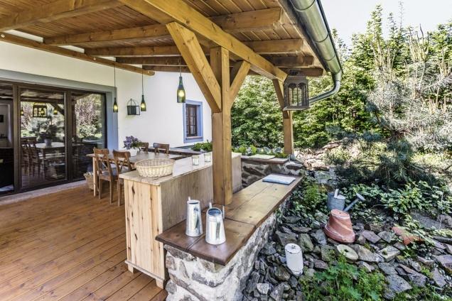 Drobné doplňky odpovídající charakteru stavby dotváří venkovskou atmosféru zemědělské usedlosti.