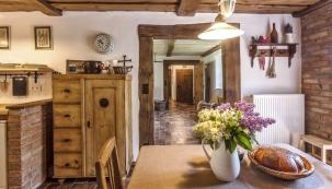 Originální historický nábytek pro chalupu manželé Vlkovi sbírají aopravují.