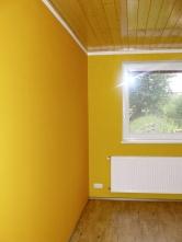 Jako základní odstín malby jsme zvolili bílou, do dětského pokoje a ložnice oranžovou a zelenou.