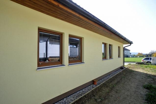 V dispozičním řešení rodinného domu Bungalov Line 84 zaujme hlavně zajímavě řešený tvar chodby a velký, vzdušný obývací pokoj, který je propojen s kuchyňskými prostory. Bungalov Line 84 charakterizuje nejen útulnost interiéru, ale i jeho praktičnost.