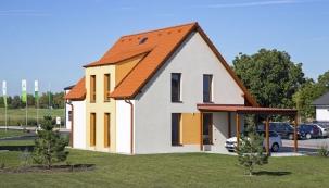 Montované domy působí zvenčí nenápadně, ale uvnitř nabízejí díky unikátní konstrukci neuvěřitelné množství prostoru (CANABA)