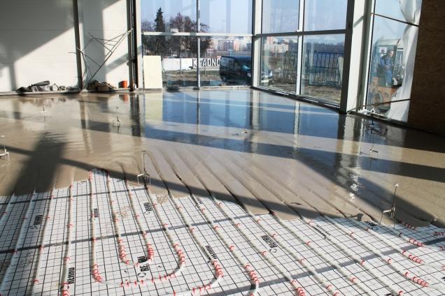 Aplikace litého potěru ANHYMENT na plochu s podlahovým vytápěním (ČESKOMORAVSKÝ BETON)