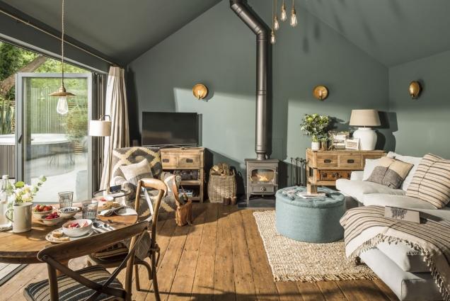 Sedací souprava vobývacím pokoji je postavena svýhledem nazahradu. Televize vrohu je to poslední, co vSanctuary návštěvníky zajímá.