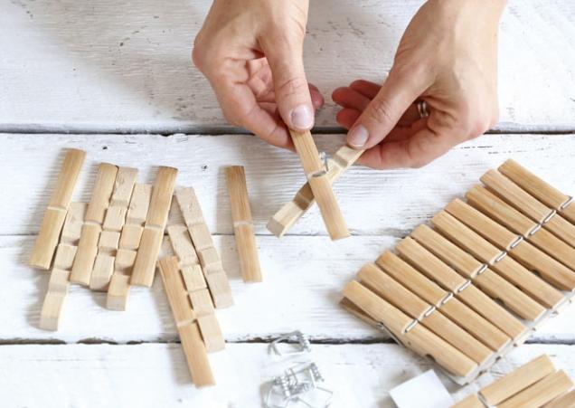 1.Kolíčky rozebereme. Rozebrané kolíčky můžeme různě otáčet a spoojovat tak, aby každá vločka vypadala jinak.