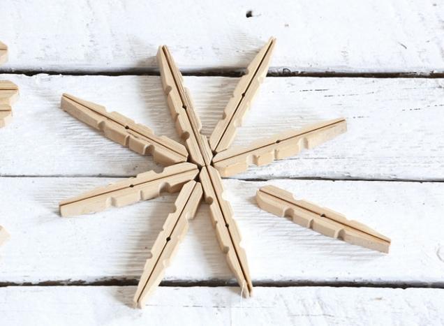 3.Ze slepených kolíčků vytvoříme požadovaný tvar vločky a ve středu je přilepíme k sobě. Pokud chceme lepit vločky tenčími konci kolíčků, můžeme střed vločky podlepit kouskem tvrdého papíru.