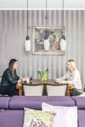 Bruselská svítidla, která jsou zavěšena nad redaktorkou Veronikou adesignérkou Gábinou Hámovou (vpravo), jsou dominantou jídelní zóny astylem doplňují bruselský stolek adalší vybavení.