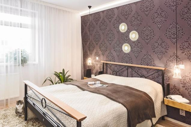 Kombinaci výrazných barev se vzorem designérka zopakovala ivedruhém pokoji, zde je stěžejním solitérem postel skovovým rámem adřevěnými detaily, kterou si přivezla paní majitelka zpředchozího bytu asem padne jako ulitá. (2)