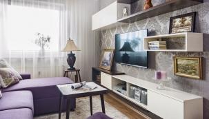 Pohovka jako dominantní nábytek vinteriéru byla vyrobena namíru učeského výrobce Unar. Také většina okolního nábytku byla vyrobena nazakázku odtruhláře, se kterým designérka soblibou spolupracuje.
