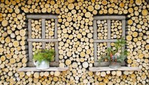 1. Hravý duch: Dřevěné vánoční poselství od neznámého tvůrce dokazuje, že i tak prozaický předmět, jako je poleno, se může stát prostorem pro milou hravost a invenci.