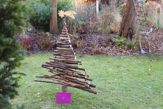 """3. Strom z klacků: Vánoční dekorace nemusí být nijak složitá, vystačíte si i s běžnými přírodninami typu """"co les dal"""". Stačí pár seřezaných klacků upevněných na kůl a vznikne nepřehlédnutelný vánoční stromek. Po Vánocích pak stačí dekoraci jednoduše rozebrat a máte co do kamen!"""