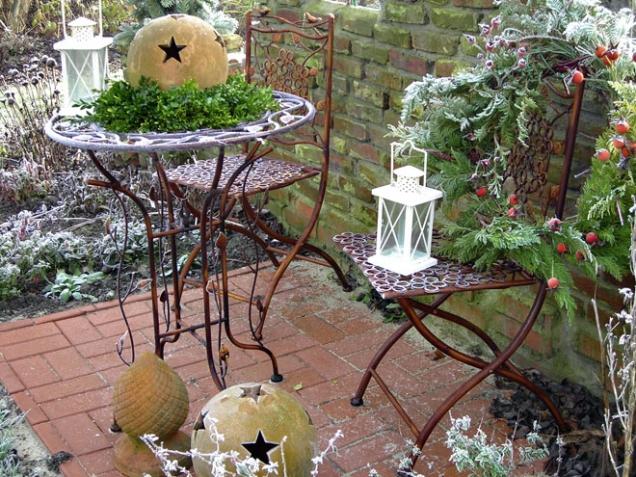 7. Mráz kouzelník: I pomocí zahradního nábytku vytvoříte zajímavou vánoční dekoraci, o zbytek se postará jinovatka.