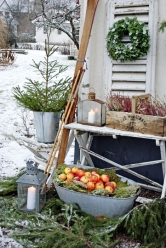 5. Zátiší s lyžemi: Vezmi chvojí, věnec, okenici, levanduli, dvě lucerny, staré lyže, jablka dej do vany a máš dekoraci jako z časopisu!