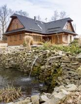 Dřevěnice je postavená vduchu tradiční beskydské architektury. Typická je například šindelová střecha skuklami vhřebeni atakzvanou obháňkou, pod níž jsou schované stropní trámy.