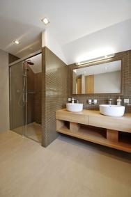 Původní koupelny doznaly velkých změn. Vybavení splňuje současný standard, klidnou atmosférou však nekřičí o moderním zpracování.