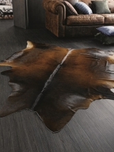 Útulnost místnosti podpoří také kožešiny a kůže jako kusový koberec na podlahu nebo dekorace na gauč.