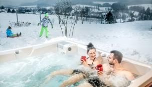 Nebaví vás lyžování? Kondici a zdraví si ale můžete stylově udržovat i jiným způsobem. Užijte si zimu ve vířivce nebo v termálním bazénu. (Foto: USSPA)