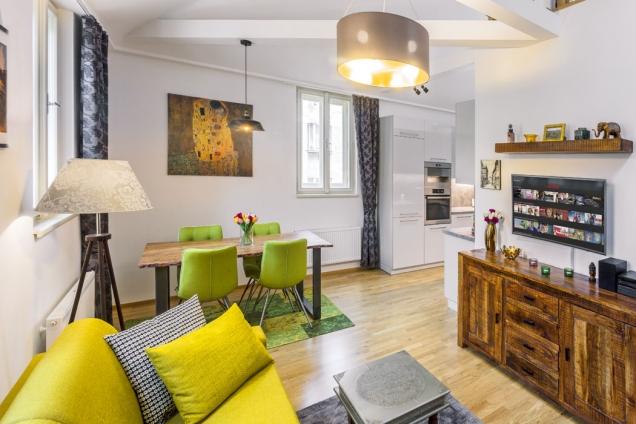 Hezký aútulný byt vestřešní nástavbě nabízí komfortní bydlení jedné, popřípadě idvěma osobám, které mají rády takto vyhraněný styl.