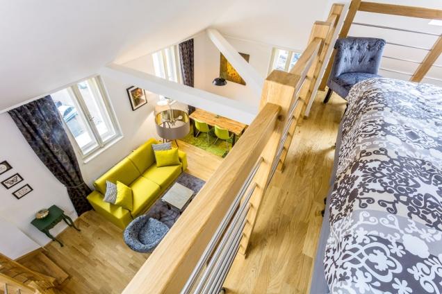 Další rozměr bytu: Hezký pohled nastylově zařízený interiér se naskytne také zgalerie vyčleněné pro ložnici.