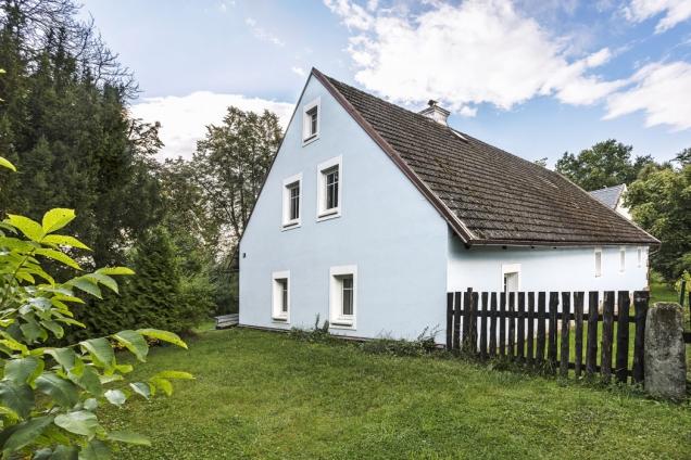 Novou modrou fasádu dostal dům poměrně nedávno. Následovala hned povýměně oken, kterou iniciovala Michaelina maminka.