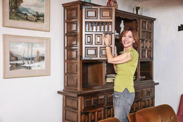 Starý nábytek, posbíraný odevšud, se dostavení hodí adává mu útulnou atmosféru.