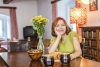 Michaela Dolinová: V nové divadelní sezoně se vrací ke komediím, jako je Už zase miluji a Domácí štěstí, které se hrají v Praze v Semaforu, ale hostuje s nimi i v divadlech po celém Česku. Od září je v angažmá v nově vzniklém divadle Perštýn v centru Prahy, které by se mělo stát jejím novým malým kotvištěm. Vrátila se i k moderování počasí, a to na TV Barrandov.