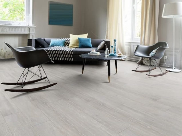 Ať už stavíte nový dům, rekonstruujete byt nebo se jen snažíte oživit vzhled jedné z místností, začněte pěkně od podlahy. Proč? Podlahy zabírají jednu z největších ploch, dotváří celkový vzhled interiéru a ovlivňují atmosféru v celé místnosti. Navíc správně zvolený typ či odstín podlahy podtrhne celkové linie a zpracování nábytku. (Zdroj: eAMADEO.cz)