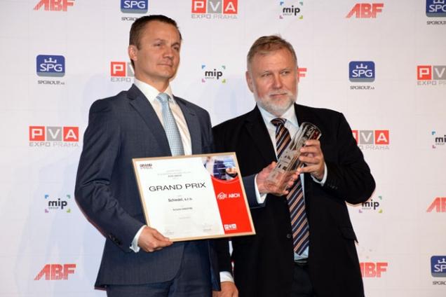 Přebírání ocěnění Grand Prix za nejlepší výrobek (Zdroj: Schiedel)
