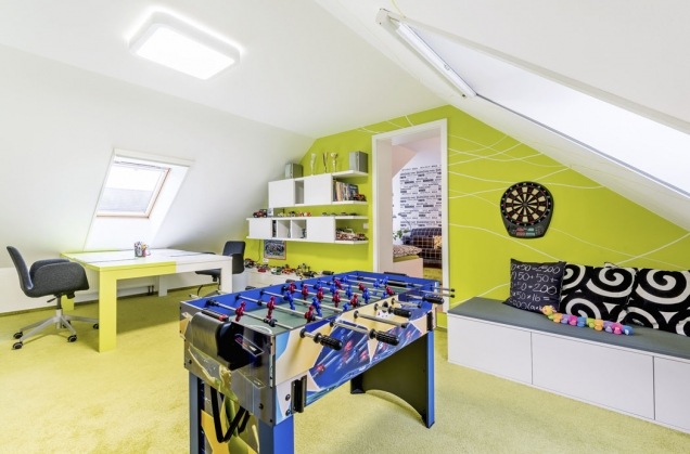 Výroba namíru umožnila designérovi svobodnou práci sbarvami. Velký pracovní stůl je zpoloviny vbarvě výmalby pokoje, což jasně vymezuje pracovní plochu sourozenců.