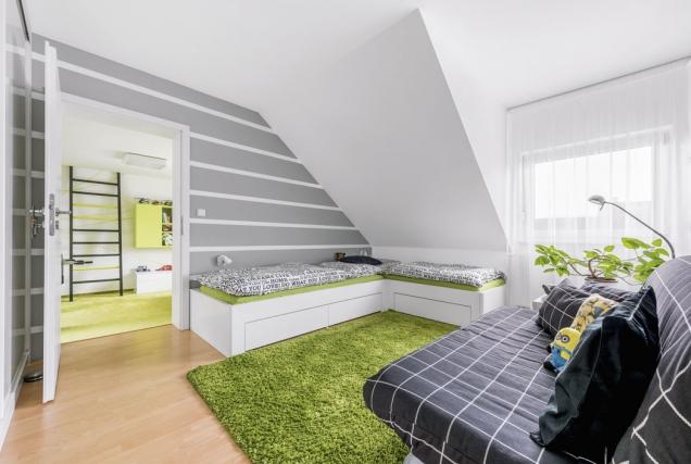 Oživit atematicky propojit oba pokoje se podařilo díky čárám, které podle designérových skic nastěny nakreslil malíř pokojů.