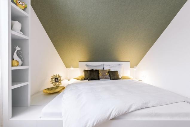 Díky pódiu designér maximálně využil celou plochu, kterou velmi malý podkrovní pokoj nabízel. Vložené matrace jsou umístěné dál odšikminy, tudíž nad hlavami ležících manželů zůstává dostatek místa.