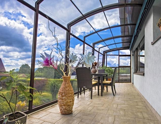Lehká konstrukce Skytrium Mia je odolná proti povětrnostním vlivům aochrání před rozmary počasí nejen vás, ale iváš zahradní nábytek.