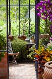 Udomu jistě oceníte příjemný přechod zinteriéru dozahrady apřípadný útulek pro rostliny, které nemohou přes zimu zůstat venku. Zimní zahradu lze zřídit ina lodžii nebo na balkoně bytu. Získáte tak soukromý koutek přírody.