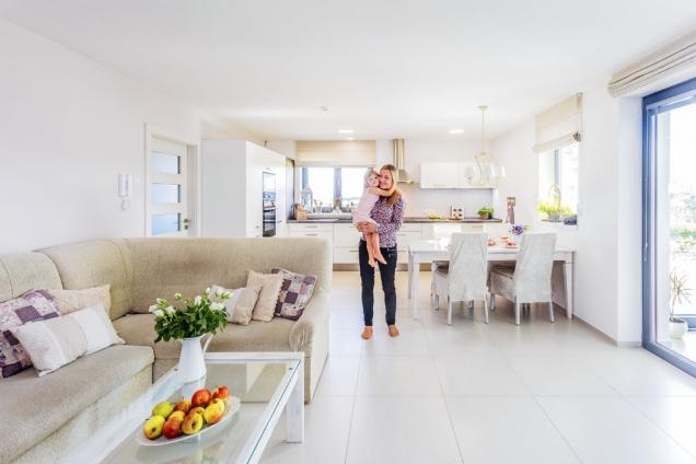 Paní domu Simona s dcerou Eliškou vnáručí v hlavní obytné místnosti. I na fotografii je patrná příjemně sluncem prosvětlená atmosféra v domě.