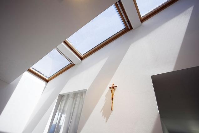 Střešní okna Velux přivádí do obytné kuchyně dostatek denního světla, zároveň řeší iprosvětlení ze severovýchodu bez ztráty soukromí obyvatel domu.