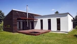 O tom, že sny se mohou stát skutečností, nás přesvědčil architekt Tomáš Guniš. Nízkoenergetický dům vBrestovanech uTrnavy na Slovensku, ve kterém se odráží autorova vášeň pro dřevo, je toho jednoznačným důkazem. Přízemní dům sužitkovou plochou 125 m2 působí prostorově odost větší, než ve skutečnosti je, ato idíky vysokým stropům anetradičně umístěným střešním oknům.