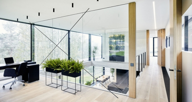 Obývací pokoj se otevírá do patra s galerií, která zpřístupňuje kancelář, ložnici a koupelnu. Ze všech místností se naskýtají fascinující výhledy přes koruny stropů do údolí řeky Gauji.(Zdroj: OUTOFBOX, Lotyšsko, Fotograf: Māris Ločmelis)