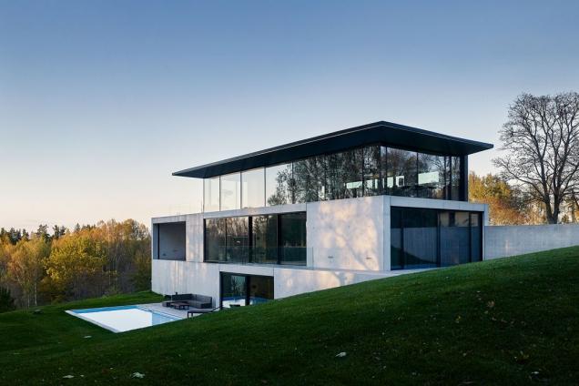 S využitím vysoce tepelně izolovaných systémů pro posuvné dveře, fasádu, okna a vchodové dveře značky Schüco dům minimalizuje tepelné ztráty a splňuje nízkoenergetické principy. (Zdroj: OUTOFBOX, Lotyšsko, Fotograf: Māris Ločmelis)