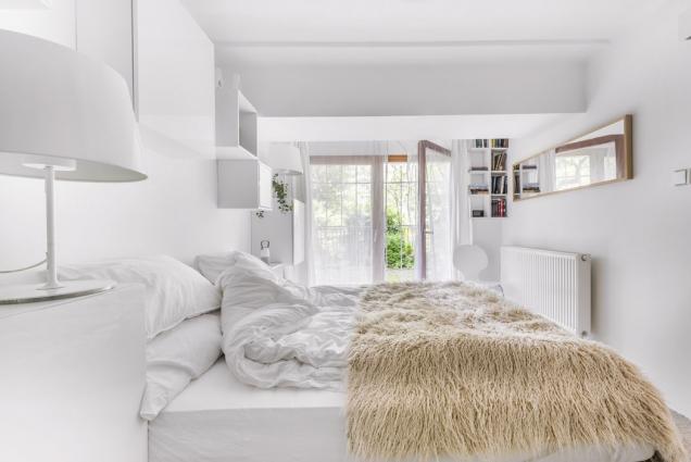 Jednoduchá dámská ložnice je laděná dobílé barvy, která ji provzdušňuje.