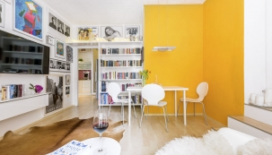 """Obývací pokoj prozářila sluníčkově žlutá výmalba, která dala zabrat všem zúčastněným. Lucii potrápil výběr ideálního odstínu, malíře zase osm vrstev, které byly potřeba kzlikvidování stále vyskakujících """"kocourů""""."""