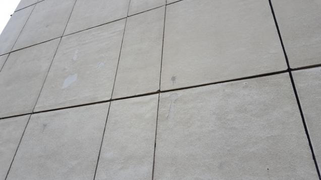 Betonové panely byly poměrně zdravé. Místy docházelo k odlupování svrchní vrstvy. Dále byly zaznamenány trhající se rohy panelů a obnažené spoje ve spárách, kde k sobě doléhá výztuž. (Zdroj: Knauf Insulation)