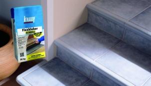 Zajímavou novinkou na trhu je stavební flexibilní cementové lepidlo se sníženým skluzem Knauf Flexkleber Schnell. Je určeno pro pokládku na plochy, které mají být rychle pochozí, např. schody, chodby, sanitární místnosti atd.