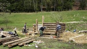 Napastvinách už stojí ovčín, sušárna, bylinkový domeček. Asložené jsou tady ještě nějaké chalupy, stodola, azté jedné hromady bude materiál nastavbu zvoničky.