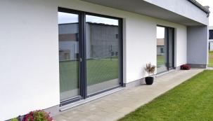 Posuvně-zdvižné dveře Progress umožňují díky bezbariérovému provedení prahu snadný přístup dovenkovních prostor (například naterasu). Okna idveře této řady splňují náročné požadavky ipro pasivní domy (DAFE PLAST)