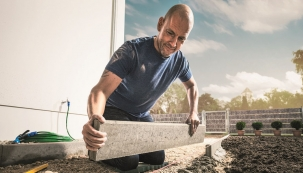Ozdobou každého rodinného domu nebo chalupy je terasa. Ať už se rozhodujete mezi přírodním kamenem, dlaždicemi z jemné kameniny, betonovou dlažbou, dřevem nebo WPC, důležitá pro stavbu je základová plocha. Pokud připravíte dobré základy, budete mít pokládku terasových desek snazší. Nechte se inspirovat praktickým návodem odborníků z Hornbachu, jak u domu vybudovat terasu.