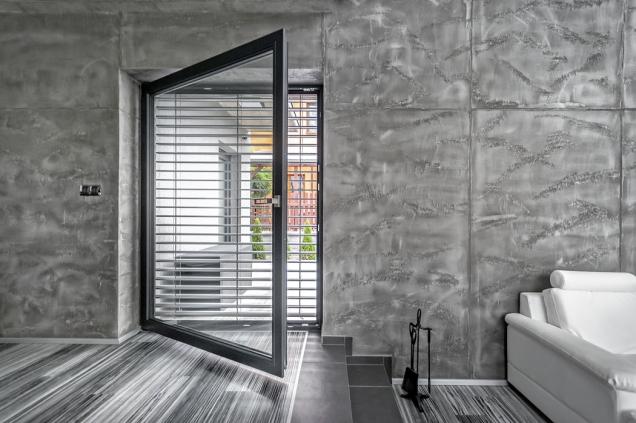 Trendem vdesignu okenních adveřních rámů jsou šedé odstíny fólií skovovým vzhledem, které dokonale imitují hliník, ale přitom zachovají tepelněizolační parametry plastů (INOUTIC)