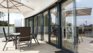 Vsoučasné architektuře je zřejmá snaha prosklením vco největší míře spojit opticky ifyzicky exteriér sinteriérem apřitom si celoročně zachovat tepelný komfort (DAFE PLAST)