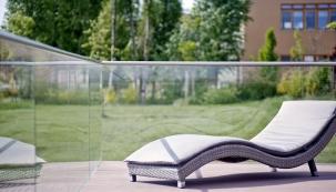 Zábradlí přestává být pouze bezpečnostním prvkem, ale stává se také designovým doplňkem exteriéru domu. Navýběr máte mezi čirým sklem nebo provedením satinato (J.A.P.)