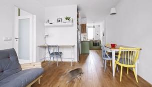 Díky propojení kuchyně sobývacím pokojem aoknům vobou místnostech vznikl hezký prosvětlený prostor.