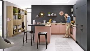 Novinka odexkluzivního výrobce kuchyní Schüller, kuchyňská sestava  vbarevné kombinaci pastelová růžová ačerná láva, www.schueller.cz