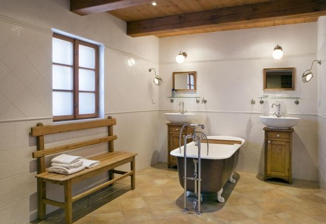 Vdřívějším vejminku je nyní koupelna, kterou vyhřívá podlahové topení. Majitelé jen litují, že ho nerozvedli ipod dlažbu vkuchyni.